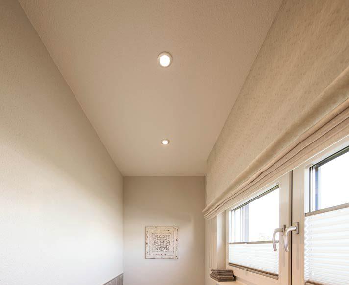 Klein, aber fein und sehr hell wurde das Gäste-WC gestaltet.