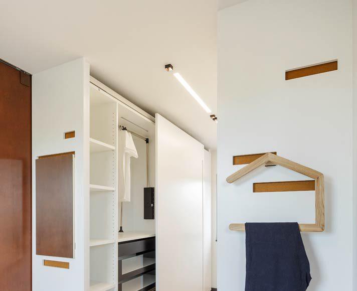 Vom Schlafzimmer aus gelangt man direkt in die Ankleide.