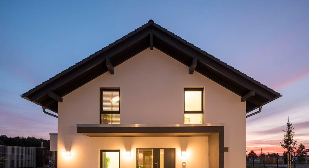 Den Eingangsbereich auf der Giebelseite schützt ein architektonisch geschickt inszeniertes Vordach.