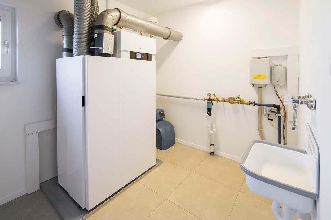 Moderne Haustechnik als Teil des Energiekonzepts benötigt heutzutage nicht mehr viel Platz.