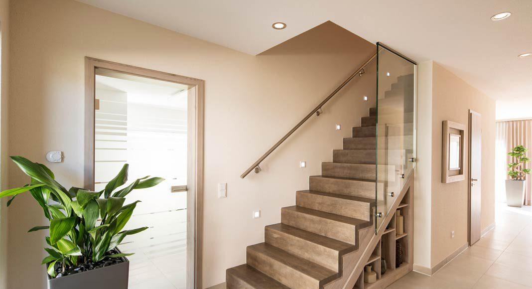 Eine schöne Holztreppe führt nach oben.