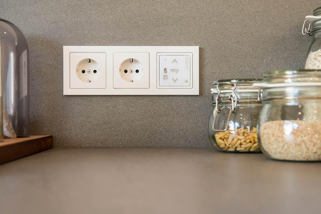 Der Funkwandsender erlaubt die Steuerung für verschiedene Funktionen – so wird das Musterhaus zum Smart Home.