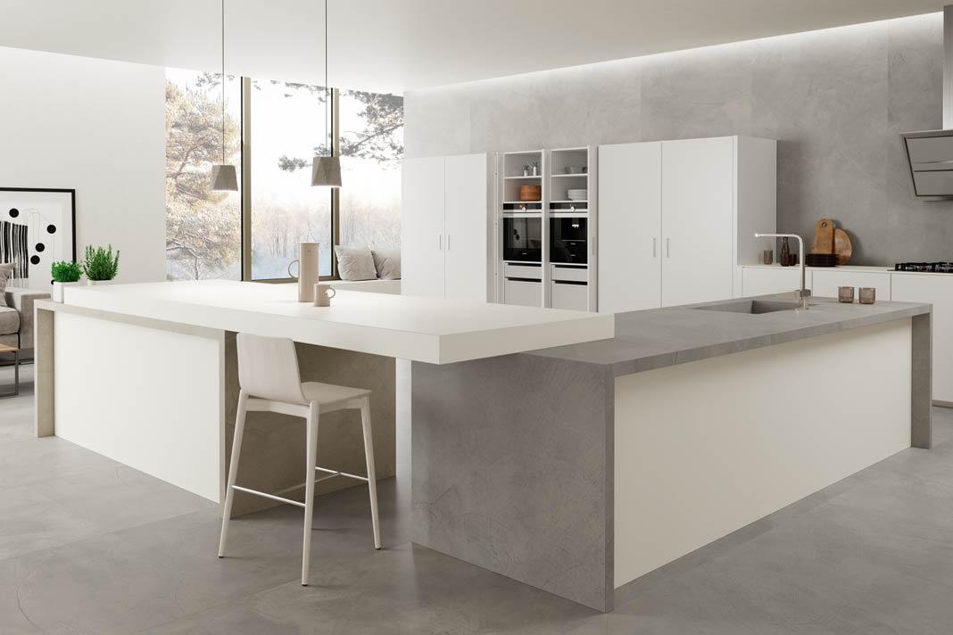 die polierte Betonoptik von Boden, Arbeitsplatte und Wand ergibt im Zusammenspiel mit den weißen Elementen einen puristischen Look.
