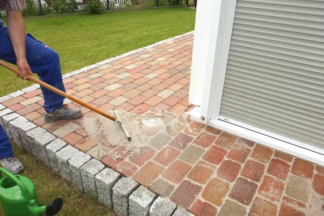 Beton- oder Natursteinpflaster, Platten und Klinkerbeläge sollten vorzugsweise vom Fachmann verlegt werden.