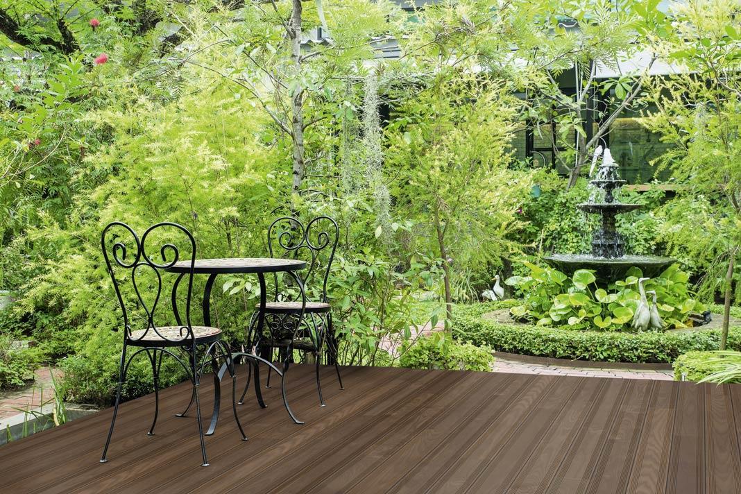 Terrassendielen aus massivem Holz.