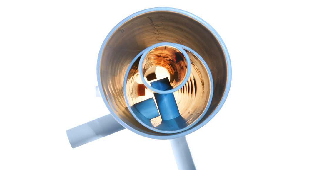 Ein spezieller Schichteinsatz beruhigt beim Schichtspeicher das von der Pumpe bewegte Wasser.