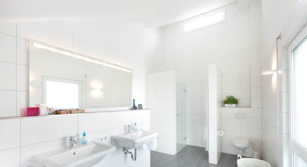 Das geräumige Bad bietet Platz für zwei Waschplätze.
