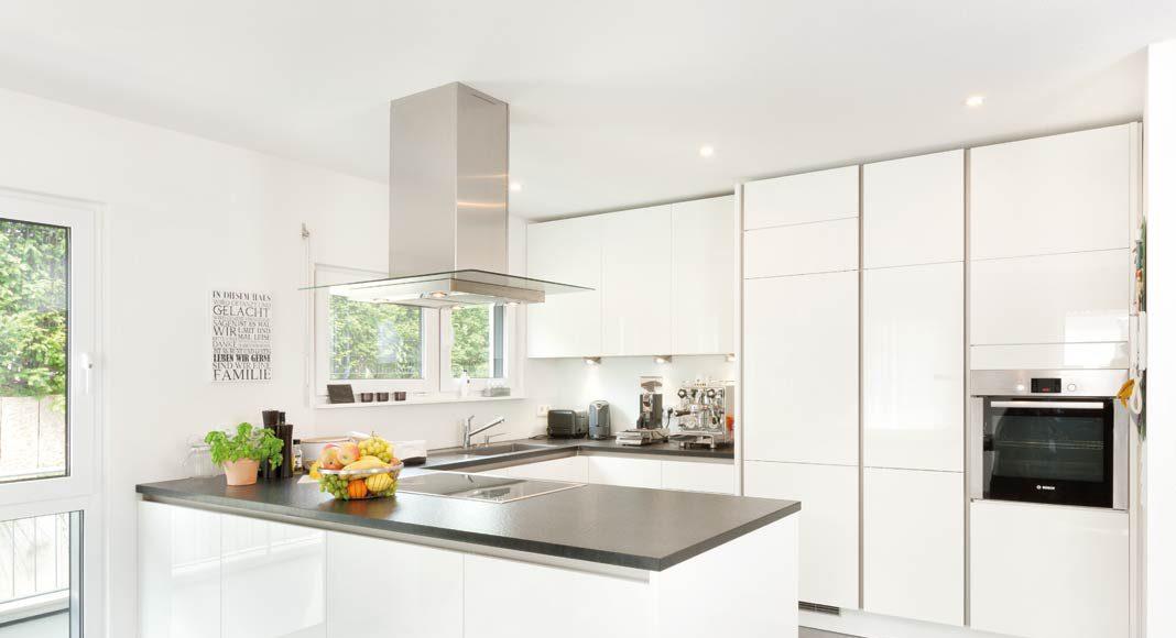 Hier wird die Küche nicht als Arbeitsplatz gesehen, sondern gehört zum Zentrum des Familienlebens.