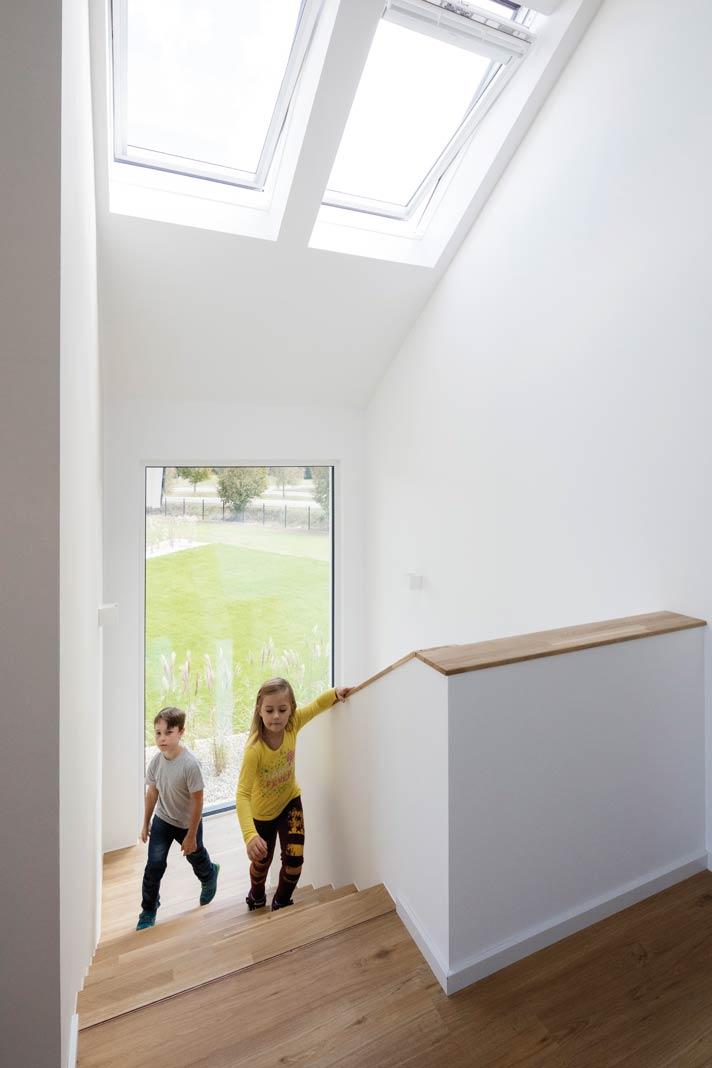 nachhaltiges fertighaus mit versetzten d chern und viel holz. Black Bedroom Furniture Sets. Home Design Ideas