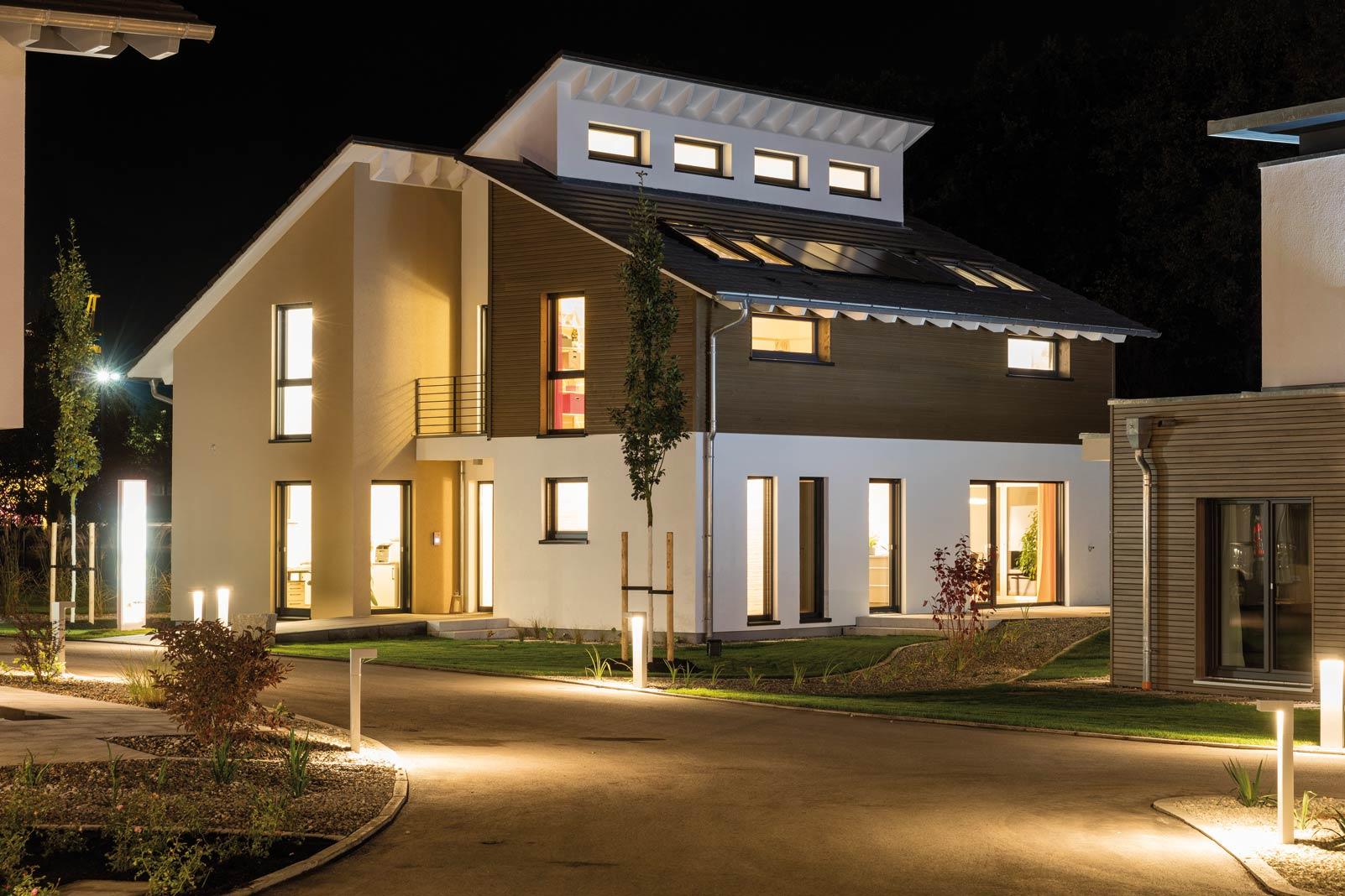 Fertighaus Holz nachhaltiges fertighaus mit versetzten dächern und viel holz