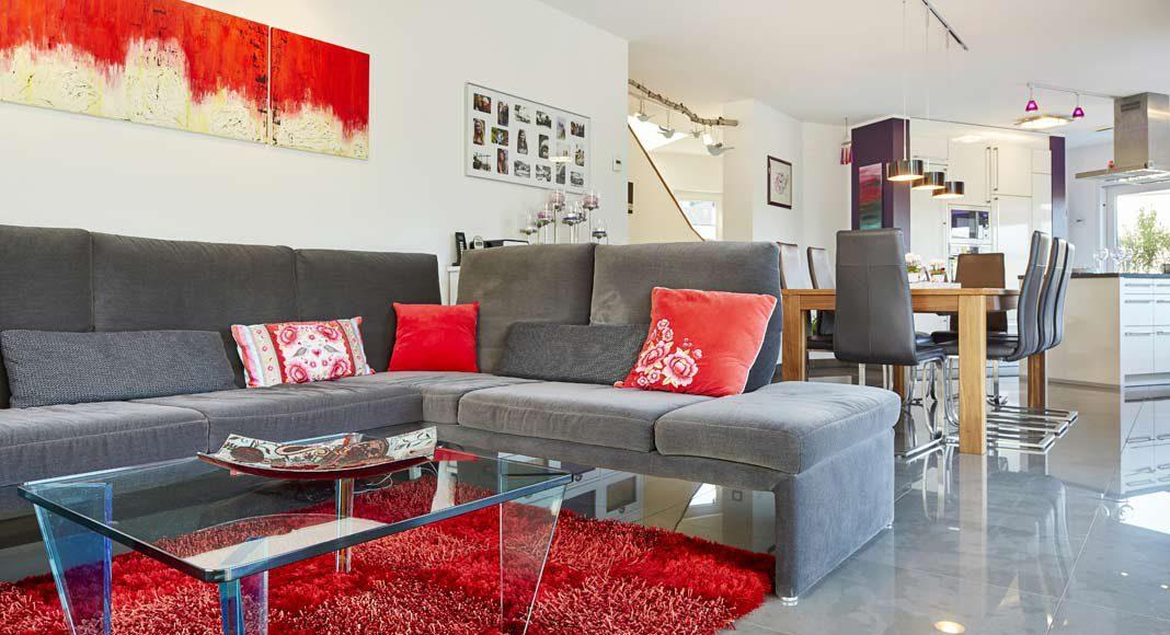 Der offene Wohn-/Essbereich bietet auch eine gemütliche Sitzecke.
