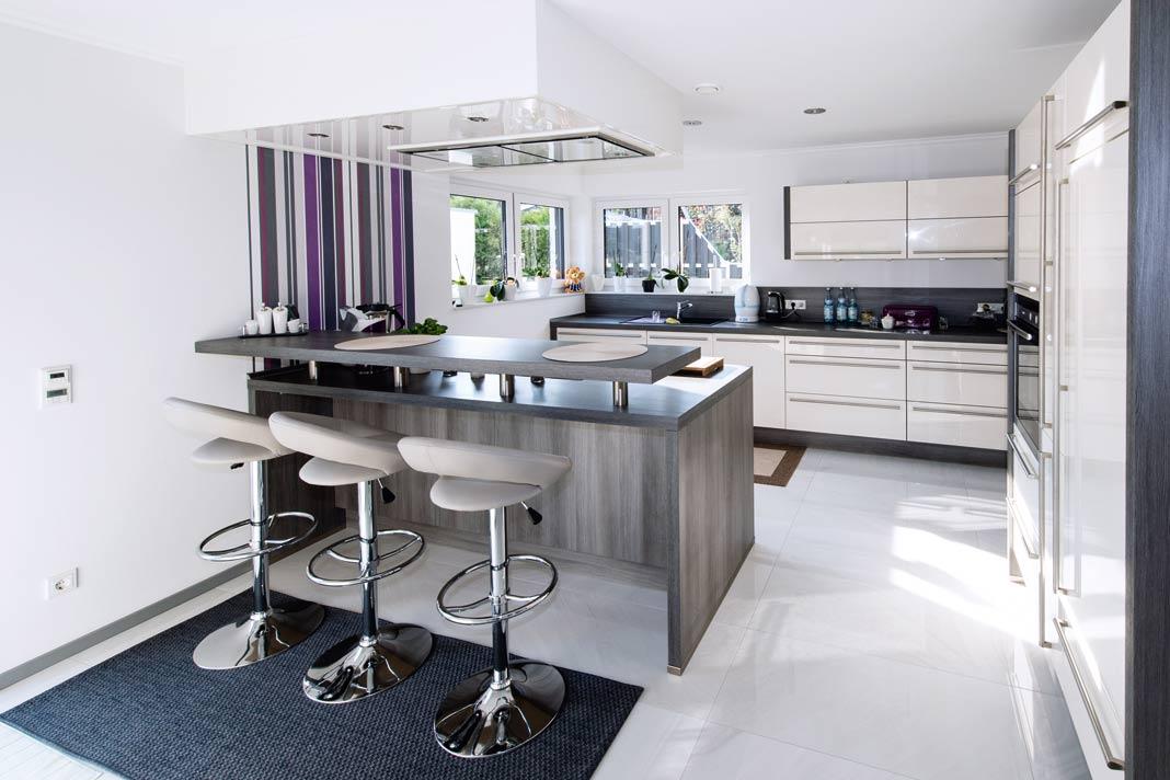 Die Küche ist offen und lädt mit Sitzplätzen an der Theke zum kleinen Imbiss und zum Gespräch ein.