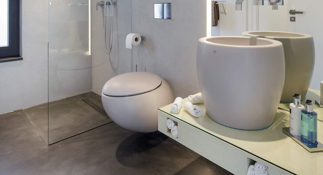 Stilvoll wurden Waschbecken und Wc im Gästebad aufeinander abgestimmt.