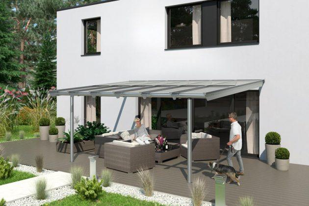 Die Terrassenüberdachung aus Aluminiumkonstruktion und Glasdach sorgt für Schutz.