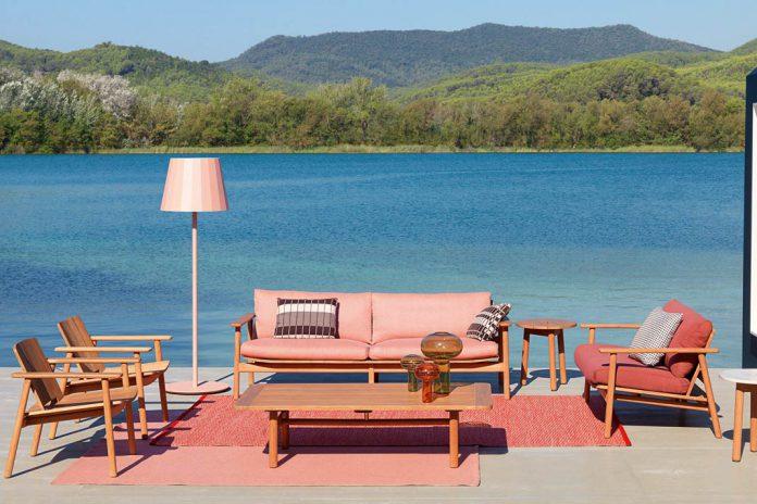 Outdoor-Möbel verwandeln die Terrasse in ein gemütliches Wohnzimmer.