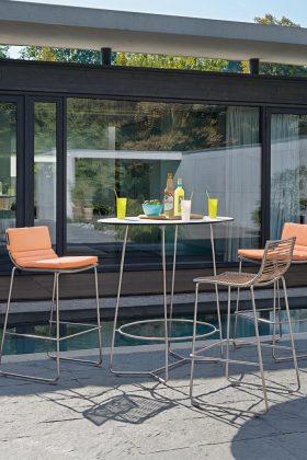 Die Outdoor-Barmöbel laden zur ungezwungenen Gesprächsrunde ein