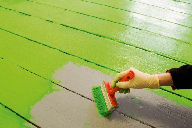 Wand wird mit wohngesunder Farbe gestrichen