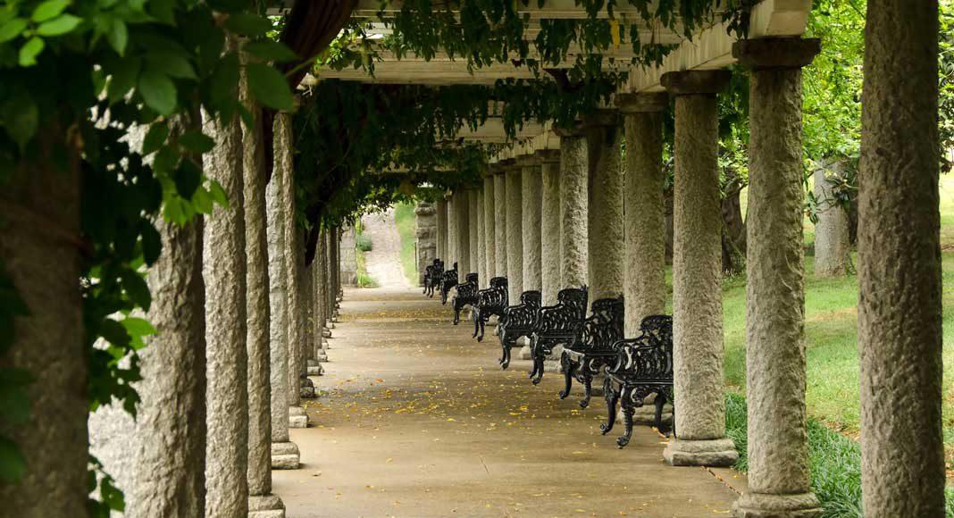 Pergolen, also bewachsene Säulengänge.