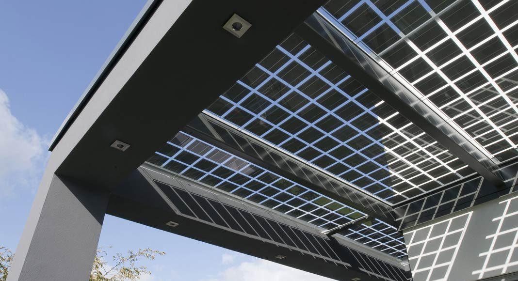 Die Bedachung besteht aus zahlreichen Photovoltaik-Zellen.