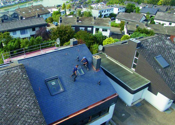 Schimmernder Schiefer zwischen alternden Asbestdächern: Viele Siedlungen ächzen noch unter Altlasten.