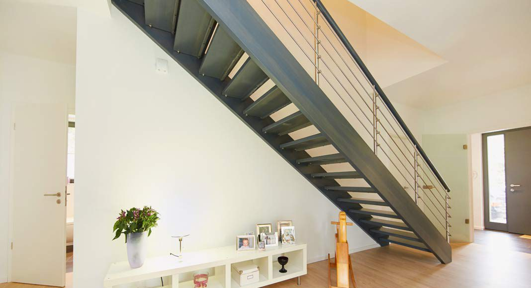 Diele und Treppe trennen den Familienbereich vom Gäastebereich.