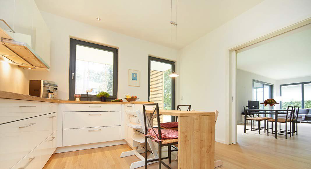 Großzügige Wohnküche mit kleinem Essplatz.