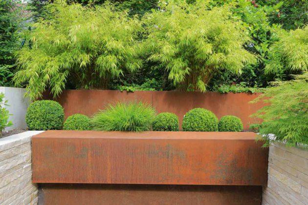 Die Kombination aus Baumaterialien und Pflanzen sorgt für das individuelle Erscheinungsbild des Gartens.