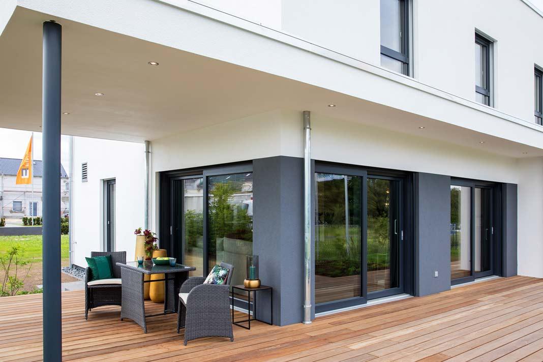 Dank des überdachten Bereichs können die Bewohner die Terrasse auch nutzen, wenn es mal tröpfelt.