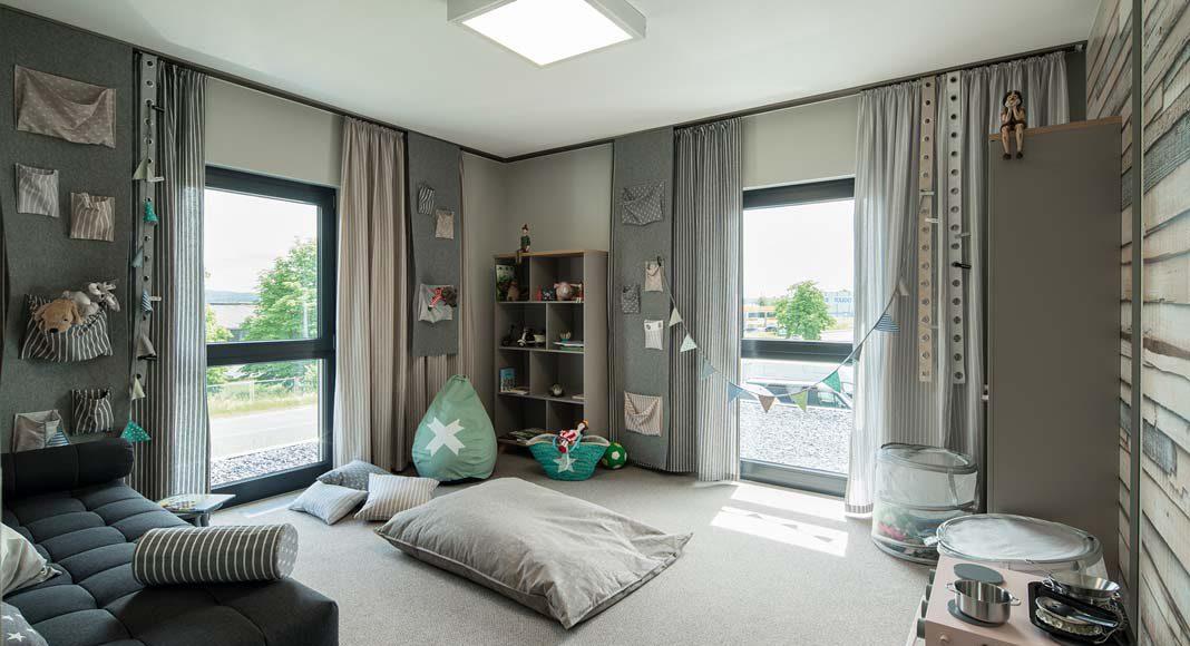 Bodentiefe Fenster sorgen für eine helle und freundliche Atmosphäre.