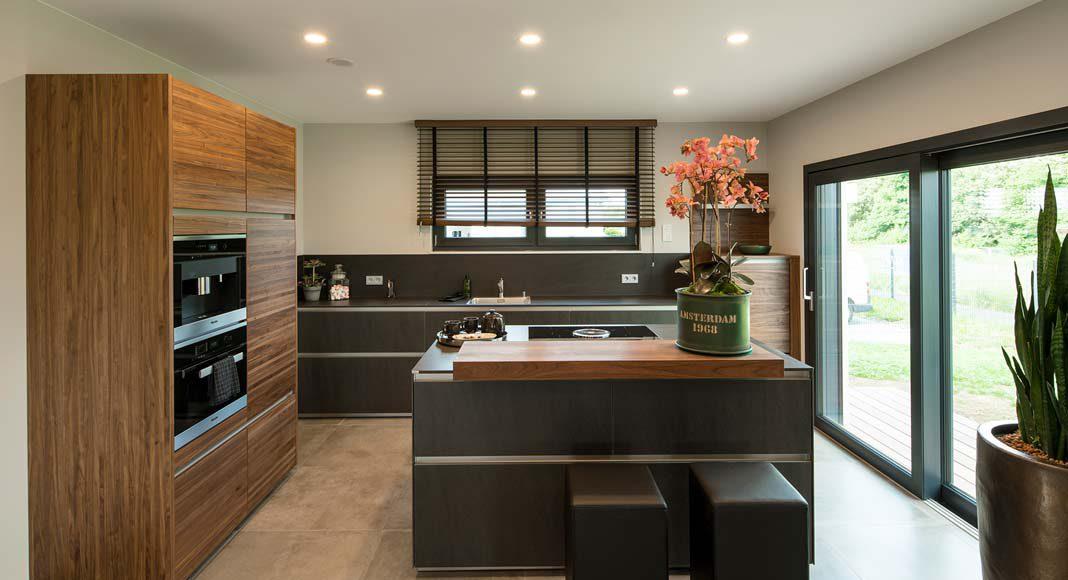 Eine Koch- und Arbeitsinsel steht im Zentrum der Küche. Foto