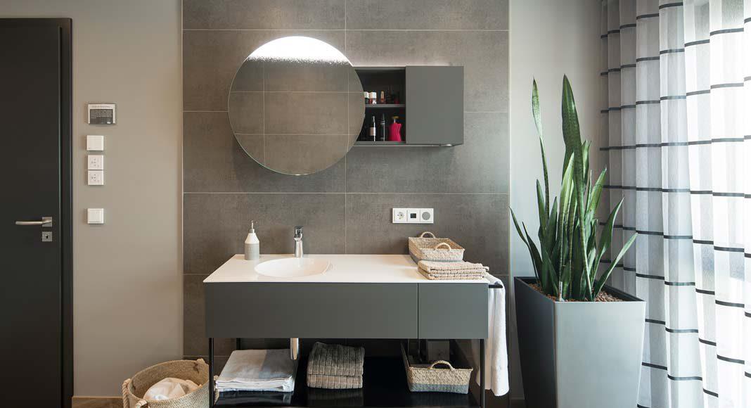 Das wohnliche Bad ist mit einem modernen Waschtisch ausgestattet.
