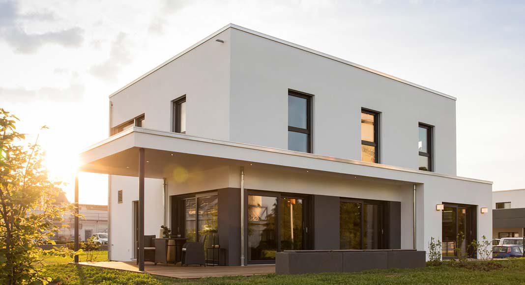 Eine geradlinige, kubusförmige Architektur kennzeichnet das neue Musterhaus MAXIM in Gießen.