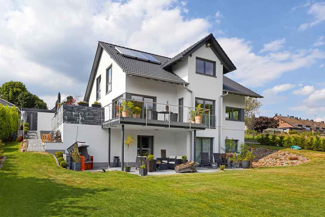 Haus in Hanglage mit Balkon und Terrasse