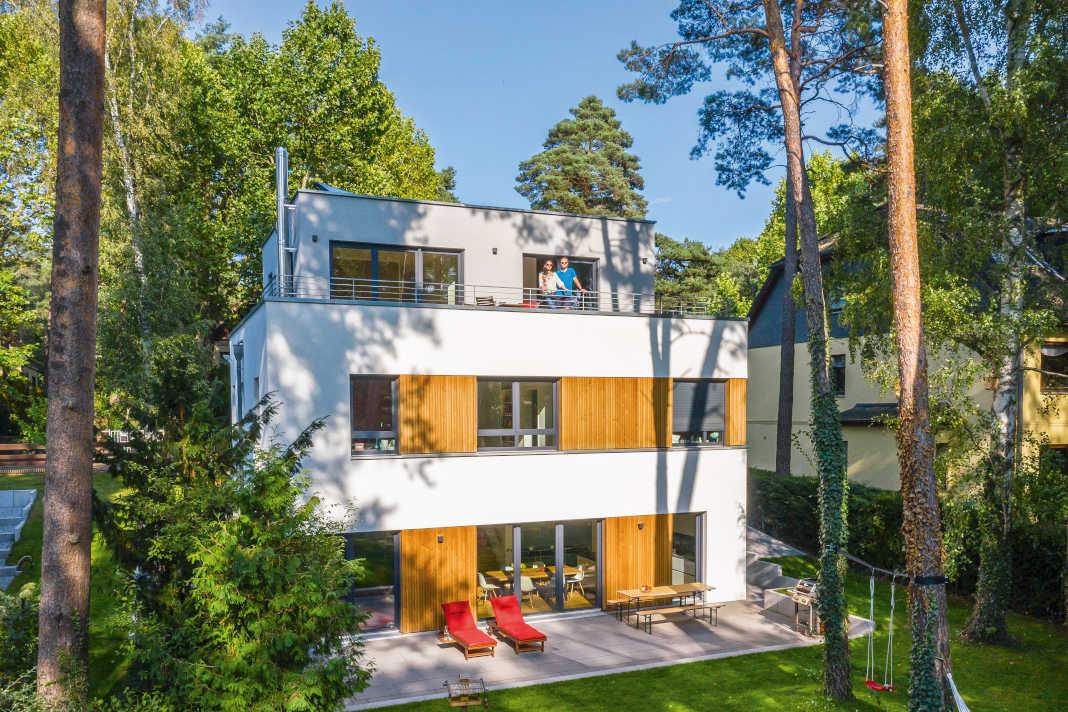 Hanghaus im Bauhausstil mit Holzelementen an der Fassade