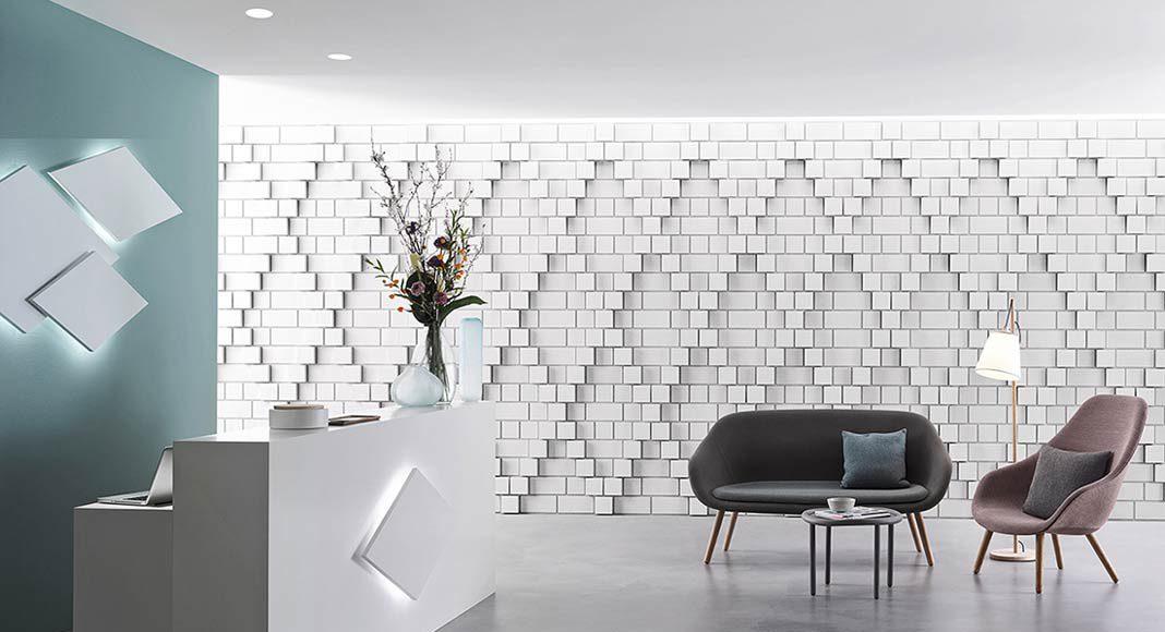 Empfangshalle mit Kalksteinverkleidung an den Wänden.