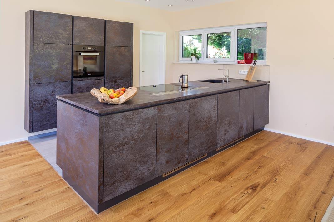 Essbereich und Küche gehen fließend ineinander über.