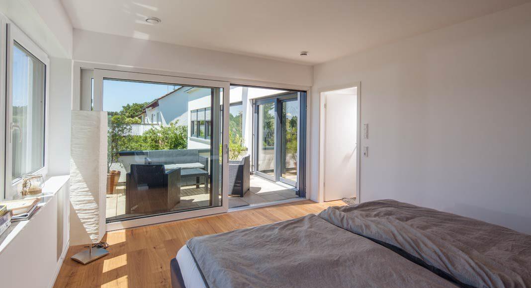 Das Elternschlafzimmer verfügt über einen eigenen Balkon.