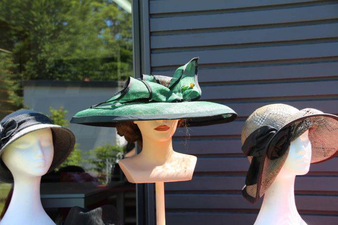Hüte in allen Farben und Formen.