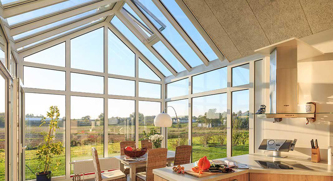 Ein Wintergarten aus dem Aluminium-Profilsystem von heroal schafft zusätzlichen Lebensraum.