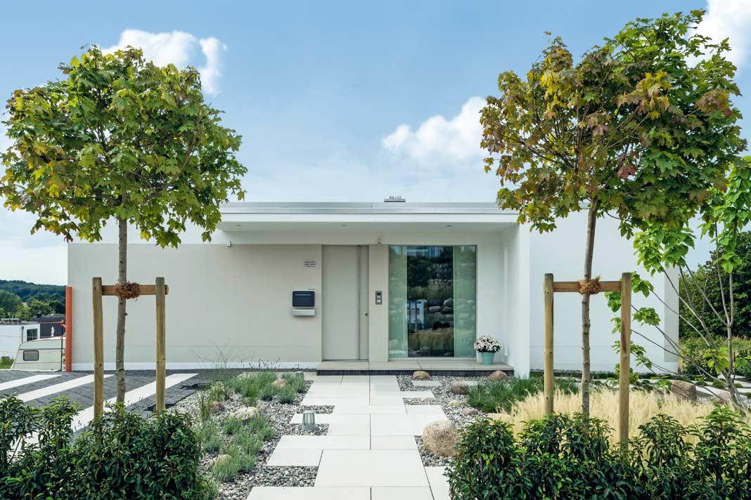 Von der Straßenseite wirkt das Haus wie ein Bungalow, von der Talseite wie ein Zweigeschosser.