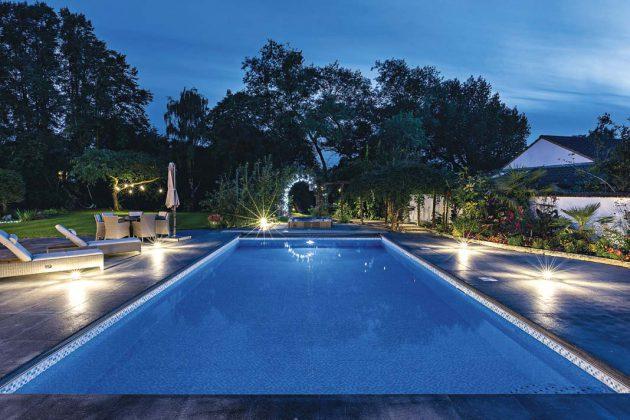Ein gigantischer Pool steht der vierköpfigen Familie hier zur Verfügung.