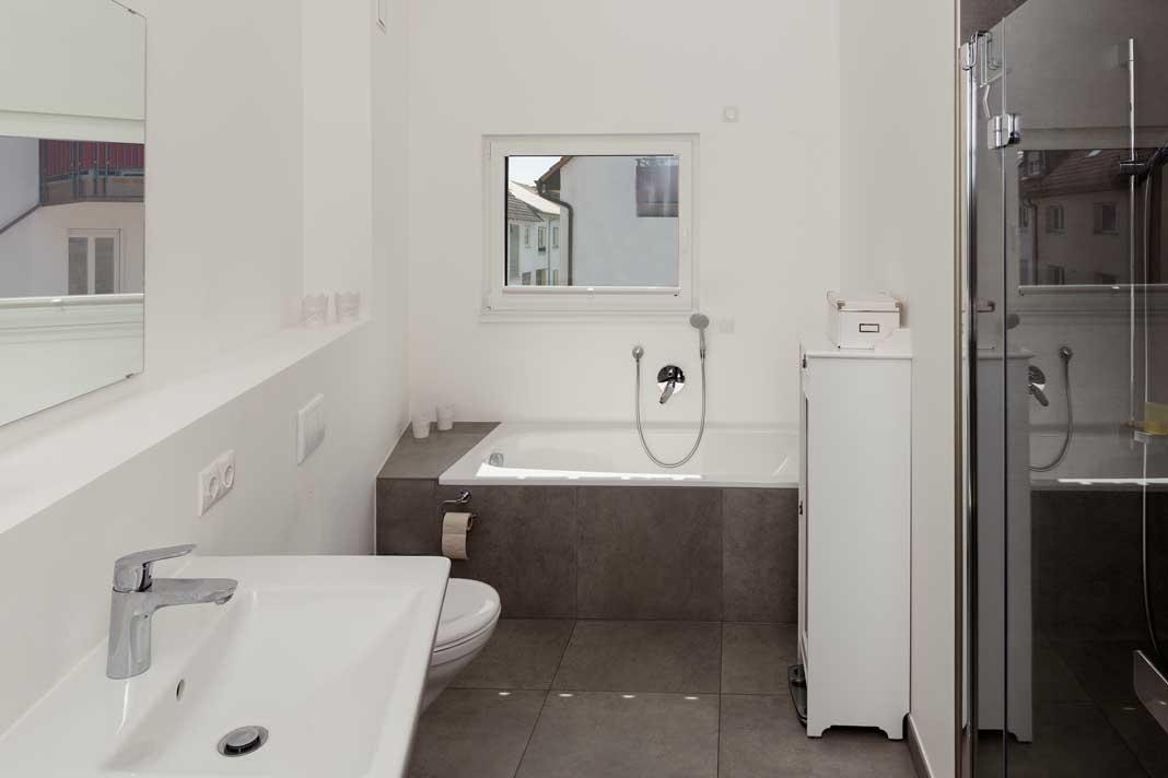 Badewanne und Dusche im Badezimmer vereint.