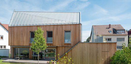 Haus mit Holzfassade.