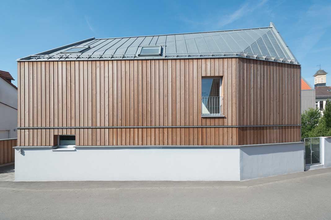 Haus mit Holzfassade von der Strassenseite aus betrachtet.