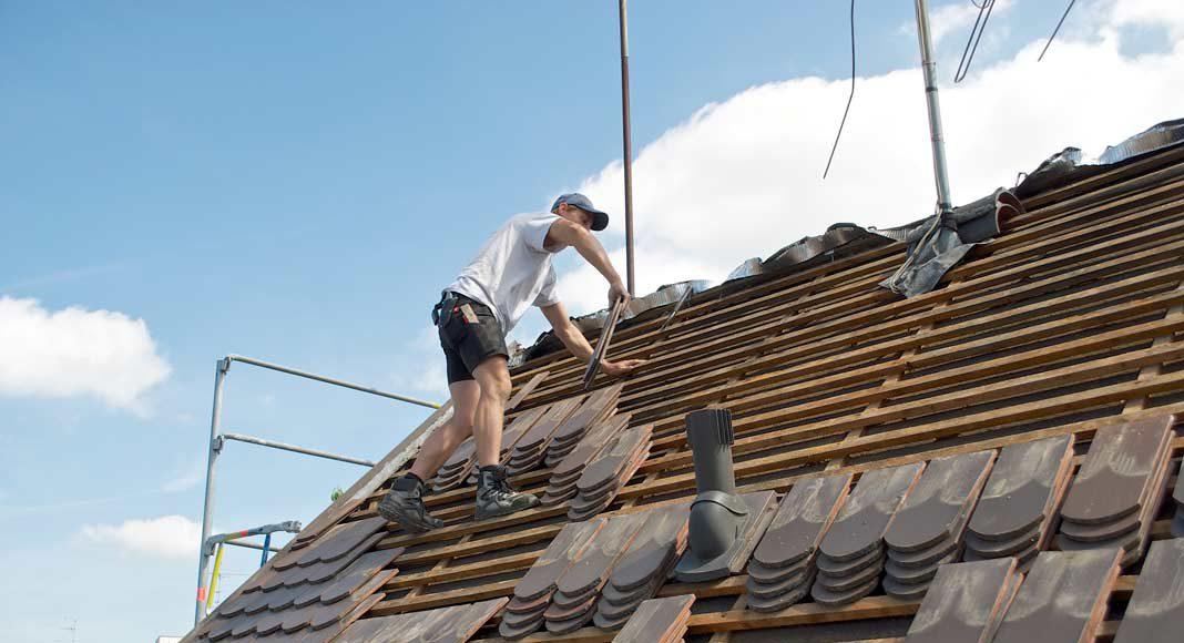 Als erstes wurde das Dach abgedeckt und bis auf die Innenbekleidung abgetragen.
