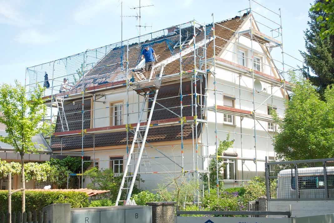 Um das ursprüngliche Erscheinungsbild des Hauses beizubehalten wurden auf dem gesamten Dach wieder Biberschwanz-Ziegel verlegt.