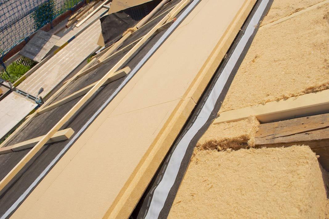 Die Kombination aus Zwischensparren- und Aufdachdämmung erfüllt höchste Anforderungen.