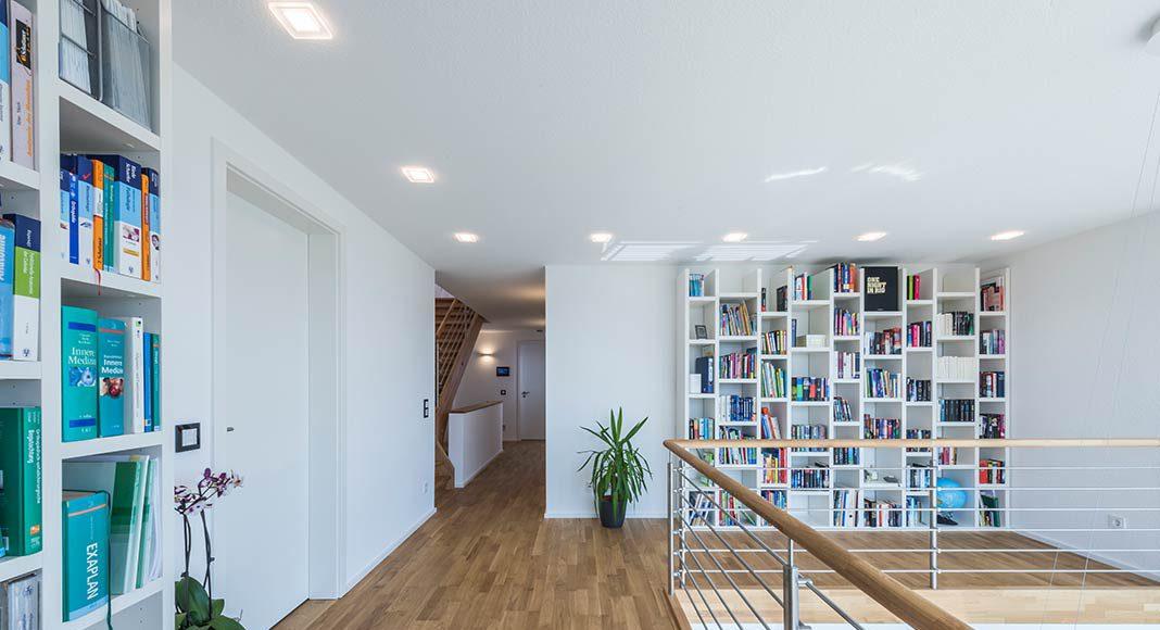 Galerie mit Bücherregal.