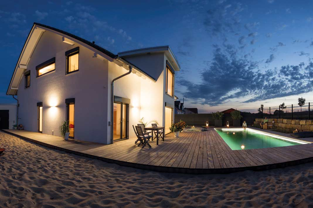 Ein Pool, das Holzdeck und der hauseigene Sandstrand machen das Eigenheim zum Ferienparadies.