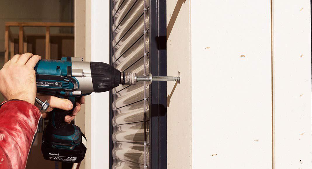 Beim Fertighaus werden in der Regel Installationen wie Elektro-Kabel, Wasserleitungen oder auch Fenster und Rollos schon im Werk eingebaut.